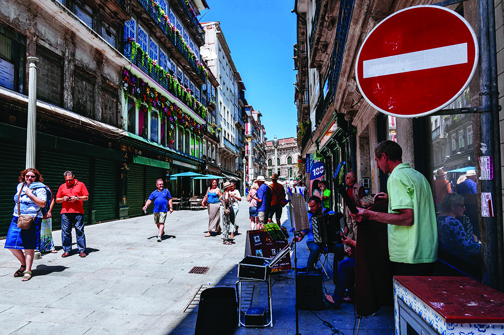 Music band playing live on Rua das Flores street. (Photo by Raquel Maria Carbonell